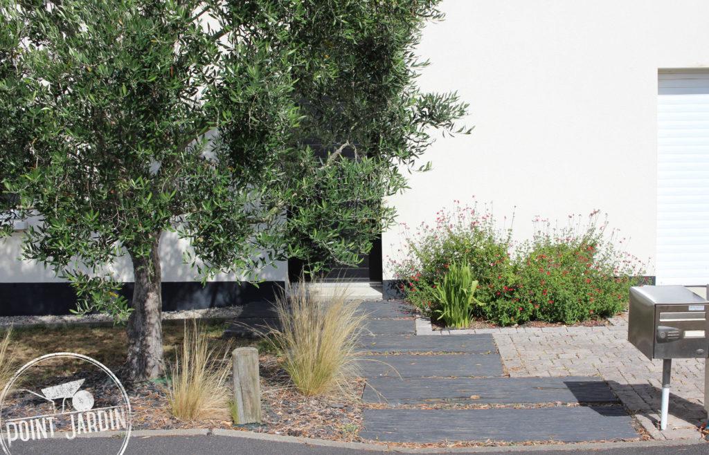 Créer une belle entrée de maison contemporaine avec du schiste, dalles, bordure plastique